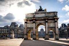 Triumphbogen vor dem Louvremuseum lizenzfreie stockbilder