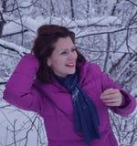 Triunfo blanco sonriente bonito de la nieve de la mujer joven del retrato de la sonrisa de la gente de la moda del pelo de la car Foto de archivo