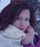 Triunfo blanco sonriente bonito de la nieve de la mujer joven del retrato de la sonrisa de la gente de la moda del pelo de la car Imágenes de archivo libres de regalías