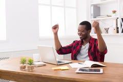 Triunfo feliz del hombre de negocios Ganador, hombre negro en oficina fotografía de archivo