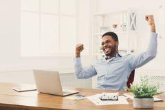 Triunfo feliz del hombre de negocios Ganador, hombre negro en oficina imágenes de archivo libres de regalías