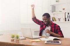 Triunfo feliz del hombre de negocios Ganador, hombre negro en oficina imagenes de archivo