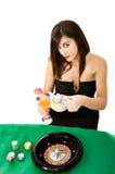 Tiempo atractivo del té de la mujer en el casino imagen de archivo
