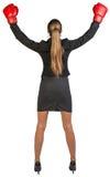 Triunfos de los guantes de boxeo de la empresaria que llevan rear Fotos de archivo