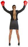 Triunfos de los guantes de boxeo de la empresaria que llevan rear Foto de archivo libre de regalías
