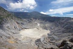 在复舟火山附近山的Trivalling在万隆,印度尼西亚 免版税库存照片