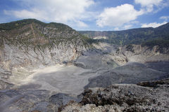 Trivalling wokoło góry Tangkuban Perahu w Bandung, Indonezja Fotografia Stock