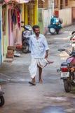 Trivandrum, la India - 17 de febrero de 2016: el hombre feliz en dhotis del lungi camina en la calle Imagen de archivo