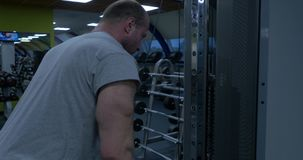 Trizeps-Abriss-Training Junger Bodybuilder, der Schwergewichts- Übung für Trizeps tut Bodybuilder, der Schwergewicht tut stock video footage