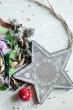 Träjul leksak och kryddor på tabellen Trästjärna, torr mintkaramell, kardemumma och kryddnejlikor Lantlig julbakgrund Arkivbilder