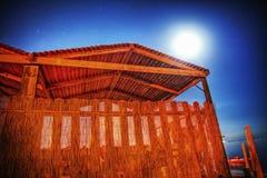 Träkabin på en stjärnklar natt vid havet i Alghero Arkivfoton