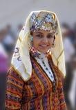 Türkisches Mädchen im traditionellen Tuch Stockfotografie