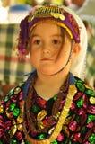 Türkisches Mädchen im traditionellen Tuch Stockbild