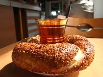 Türkisches simit Dampf des Tees Lizenzfreie Stockfotos