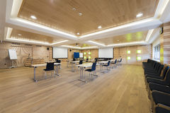 Träkonferensrum med presentationsväggen Royaltyfria Foton