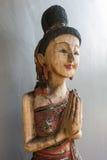 Träkvinnastaty för thailändsk stil Arkivfoto