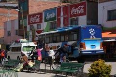 Término de autobuses en una pequeña ciudad en Bolivia en el lago Titicaca Fotografía de archivo libre de regalías