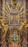 TRNAVA,斯洛伐克- 2014年10月14日:圣母玛丽亚巴洛克式的法坛在圣尼古拉斯教会里 库存图片