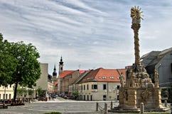 TRNAVA, СЛОВАКИЯ местная и прогулка посетителя квадрат Trojicne, около башни города, в Trnava, Словакия Стоковые Изображения RF