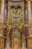 Trnava -圣母玛丽亚巴洛克式的法坛在A和圣母玛丽亚教堂里设计的圣尼古拉斯教会 Huetter在17分 免版税库存图片