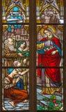Trnava - den heliga drottningsten Elizabeth från Ungern på fönsterrutaform 19 cent i den St Nicholas kyrkan Arkivbilder
