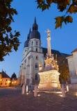 Trnava - det gotiska Stet Nicholas kyrklig och barock kolonn av St Joseph Royaltyfri Foto