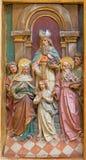 Trnava - Espousals von Jungfrau Maria und von St Joseph geschnitzter Entlastung vom Seitenaltar in der Jesuitkirche von 19 cent Lizenzfreie Stockbilder