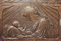 Trnava - il sollievo di secessione del metallo di Madonna con il bambino nella cappella di vergine Maria nella chiesa di San Nico Fotografia Stock