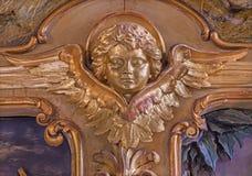 Trnava - o relevo cinzelado e policromo barroco do anjo do altar lateral de St Joseph na igreja dos jesuítas de 19 centavo Foto de Stock Royalty Free