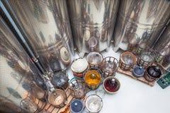 TRNAVA, SLOWAKEI - 3. MÄRZ 2014: Innen von der Weinfertigung des großen slowakischen Produzenten Lizenzfreies Stockfoto