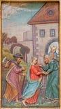 Trnava - a visitação de Mary a Elizabeth cinzelou o relevo do altar lateral na igreja dos jesuítas de 19 centavo ilustração stock