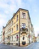 Tränga någon byggnad i mitt av den gamla Riga staden, Lettland Arkivbild