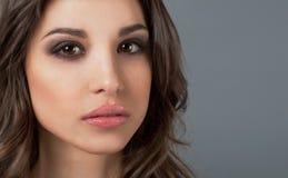 Trängande igenom ögonkast av en härlig ung flicka lyxig modell Arkivfoto