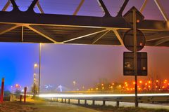 Trânsito intenso na noite, faixas de luz Fotos de Stock Royalty Free