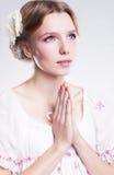 Tro. Den unga kvinnan som ber mot henne, syndar Royaltyfri Bild