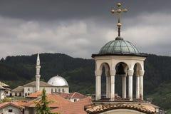 tro Kyrka och moské i en Royaltyfri Fotografi