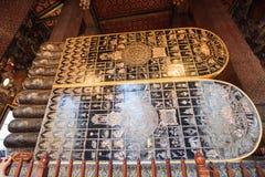 Troar i 108 lovande symboler i det Lord Buddhaâ €™sfotspåret av vilaBuddha av Wat Pho, kom från forntida scripture royaltyfria foton