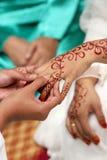 Troca da aliança de casamento Imagens de Stock