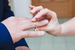 Troca da aliança de casamento Imagem de Stock