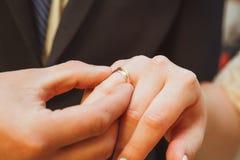 Troca da aliança de casamento Fotografia de Stock Royalty Free