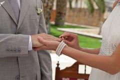 Troca das alianças de casamento imagens de stock