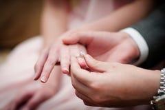 Troca das alianças de casamento imagem de stock royalty free