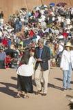 Troca do aperto de mão do senador John Kerry com membro da cerimônia indiana intertribal, Gallup, nanômetro foto de stock royalty free