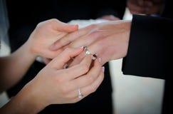 Troca dos anéis de casamento Fotografia de Stock Royalty Free