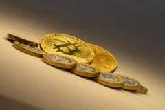 A troca dos bitcoins do cryptocurrency abaixo do conceito imagens de stock