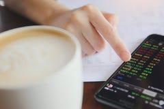 Troca em linha no smartphone com a mão da mulher de negócio Foto de Stock Royalty Free