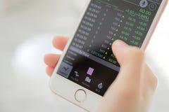Troca em linha no smartphone com a mão da mulher de negócio fotos de stock