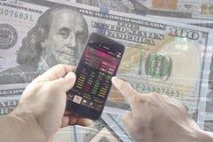 Troca em linha no smartphone com a mão do homem de negócio Fotos de Stock Royalty Free