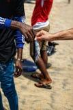 A troca entre um pescador e um turista em Uppaveli encalha fotografia de stock royalty free