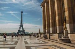 Trocadero和艾菲尔铁塔的人们在巴黎 库存图片